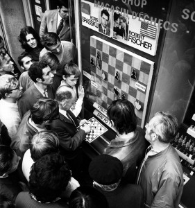 01AR5WJT - The World Chess Championships between Bobby Fisher and Boris Spassky in Iceland, July 1972. Crowds of spectators and fans gathered around the show window of a chess shop in Wenceslaw Square in Pra...